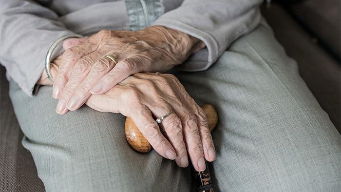 Mains de femme âgée