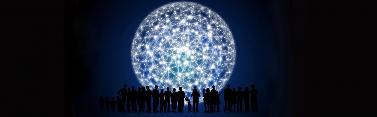 Image illustrant un réseau en forme de globe terrestre avec des personnes se tenant devant.